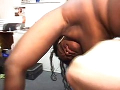 Cum swapping headlinerstwo ebony strumpets sucks the dick