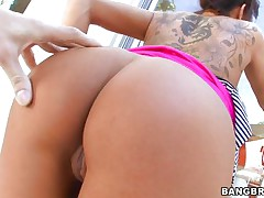 Latin babe MILF Kayla Carrera is showing her tattooed body and juicy wazoo to receive a penis in her hands. This babe is showing her tight anus, her hard puffy nipples and soaked bald cunt ready to receive fucked. This babe is using a vibrator to make her cunt wetter. And then that babe receive her big penis to give it a blowjob!