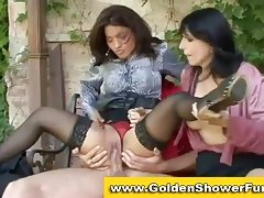 Lady pissing in hawt 3some